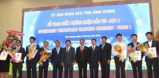 Lãnh đạo Tỉnh Bình Dương cùng đại diện các doanh nghiệp tại buổi lễ trao giấy chứng nhận đầu tư