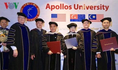 Vợ chồng ông bà Huỳnh Uy Dũng - Nguyễn Phương Hằng , trong dịp được Trường ĐH Apollos (Mỹ) trao tặng bằng Tiến sĩ danh dự và vinh danh Giáo sư danh dự ngày 3/11 vừa qua