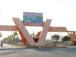 Cổng vào Khu công nghiệp Phú Tân Ảnh: ĐỖ TRƯỜNG