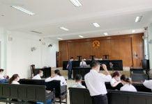 Thư ký tòa ghi lại thông tin những người tham dự sau khi hoãn phiên tòa Ảnh: Đỗ Trường
