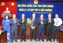 Lãnh đạo tỉnh tặng lẵng hoa chúc mừng ông Hồ Quang Điệp được bầu giữ chức vụ Phó Chủ tịch HĐND tỉnh khóa IX. Ảnh: Quốc Chiến