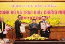 Tổng giám đốc Foxconn Việt Nam Trác Hiến Hồng (người thứ hai từ trái sang) nhận giấy chứng nhận đăng ký đầu tư của tỉnh Bắc Giang. Ảnh: Báo Bắc Giang