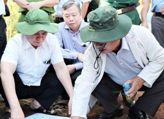 Ông Nguyễn Văn Lợi, Bí thư Tỉnh ủy Bình Phước (bìa trái) khảo sát vị trí xây dựng sân bay